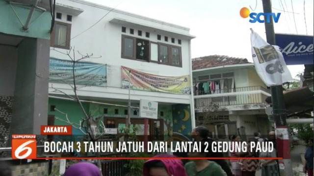 Seorang anak 3 tahun terjatuh dari lantai 2 sekolah PAUD di Menteng, Jakarta Pusat, saat sedang bermain bersama sang kakak.