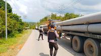 Personel Brimob Polda Riau berjaga di pos penyekatan larangan mudik perbatasan Riau-Sumatra Barat. (Liputan6.com/M Syukur)
