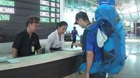 Warga negara asing mencari informasi di Terminal Internasional Bandara Ngurah Rai, Denpasar, Selasa (28/11). Erupsi Gunung Agung yang masih terjadi menyebabkan Bandara Ngurah Rai ditutup 24 jam ke depan sampai Rabu (29/11). (Liputan6.com/Dewi Divianta)