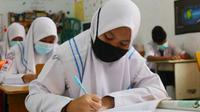 Belajar tatap muka di salah satu sekolah di Pekanbaru saat pandemi Covid-19. (Liputan6.com/M Syukur)
