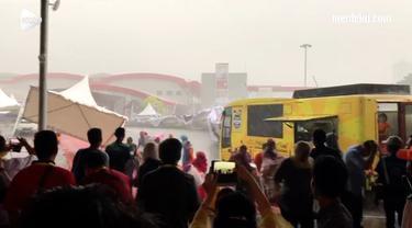 Hujan besar dan angin kencang yang melanda Jakarta membuat belasan tenda di JiExpo Kemayoran berterbangan.