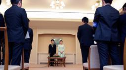Putri Mako dan Komuro ketika mengumumkan pertunangan mereka kepada awak media di Akasaka East Residence, Tokyo, Jepang, (3/9). Demi bisa dinikahi Komuro, Putri Mako harus kehilangan status keluarga kerajaan. (AFP Photo/Pool/Shizuo Kambayashi)