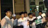Gus Ipul dan Emil Dardak menyaksikan gerhana bulan total di Masjid Al Akbar Surabaya.