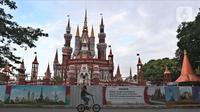 Pengunjung bersepeda di Taman Mini Indonesia Indah (TMII), Jakarta, Rabu (7/4/2021). Kementerian Sekretariat Negara secara resmi mengambil alih pengelolaan dan pemanfaatan TMII dari Yayasan Harapan Kita yang sudah dikelolanya hampir 44 tahun. (Liputan6.com/Herman Zakharia)