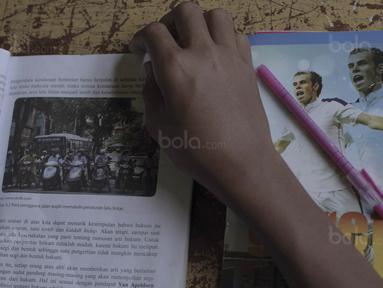 Anak-anak di Negeri Tulehu, Maluku tidak bisa dipisahkan dari sepak bola. Buku tulis bergambar bintang Real Madrid, Gareth Bale menjadi salah satu bukti kecintaan mereka. (Bola.com/Peksi Cahyo)