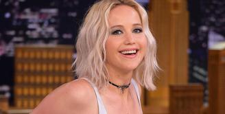 Tahun 2012, Jennifer Lawrence melihat seorang gadis yang ambruk dan pingsan. Ia pun memanggil ambulans dan menolong gadis itu sampai bantuan datang. (CNBC)