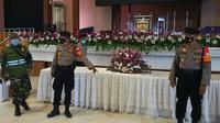 Anggota Polres Metro Depok dan Kodim 0508/Depok melakukan pengecekan salah satu gereja di Kota Depok. (Liputan6.com/Dicky Agung Prihanto)