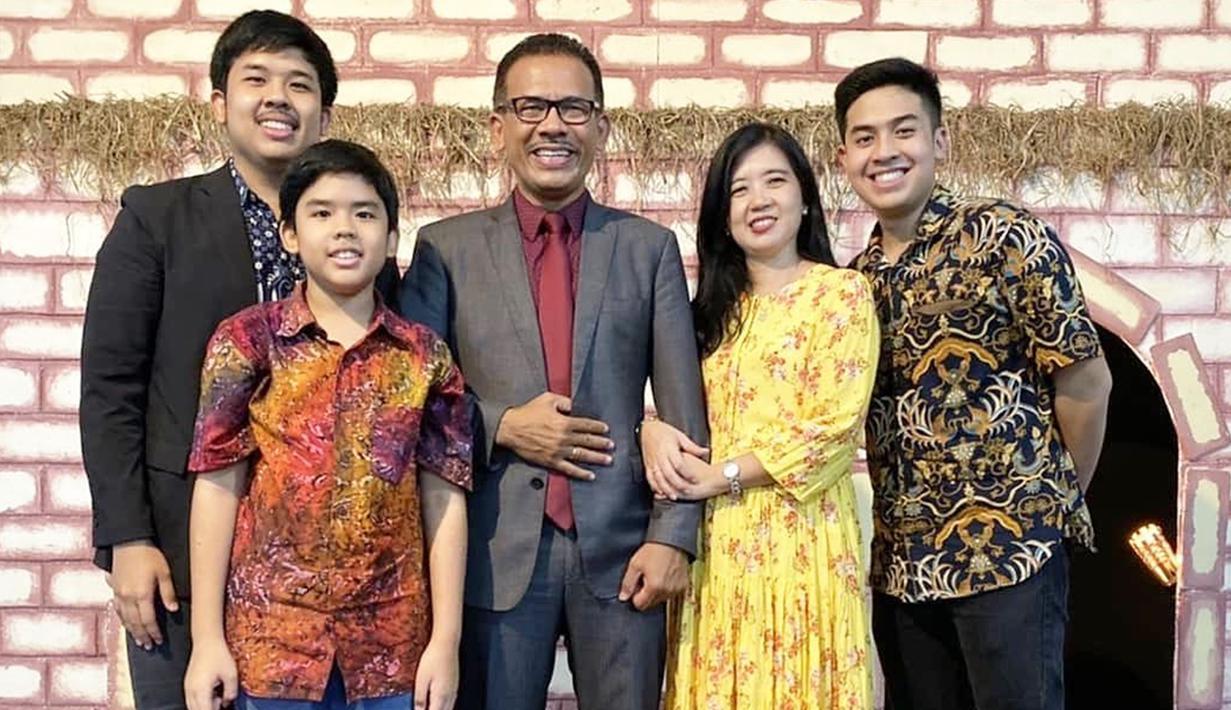 Selama 3 tahun di Jepang, Jerome belum pulang ke Indonesia dan kumpul bersama keluarga. Di Hari Natal 2019 lalu, dirinya memiliki kesempatan untuk pulang dan merayakan Natal di Indonesia bersama keluarganya. Jeorme berkumpul bersama kedua orang tua, kakak, dan adiknya.(Liputan6.com/IG/@jeromepolin)