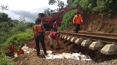 Penangan longsor jalur rel Sukabumi-Bogor (Liputan6.com/Achmad Sudarno)