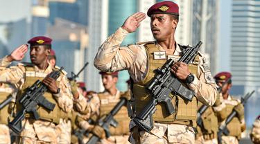 Tentara Qatar berpartisipasi dalam latihan parade militer untuk Hari Nasional Qatar di Doha, ibu kota Qatar (11/12/2020). Qatar akan merayakan Hari Nasional pada 18 Desember. (Xinhua/Nikku)
