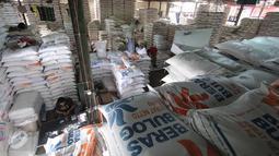 Pekerja di Pasar Induk Cipinang, Jakarta, (16/2). Harga beras pada pekan pertama Ferbuari rata-rata yaitu Rp13.344 per kilogram, dan pada pekan kedua berkisar Rp10.000 per kilogram. (Liputan6.com/Angga Yuniar)