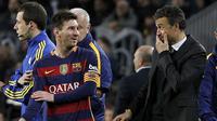 Lionel Messi (L) berbincang dengan pelatih Barcelona Luis Enrique (kanan) pada laga La Liga Spanyol di Stadion Cam Nou, Barcelona, Kamis (31/12/2015) dini hari WIB. (EPA/Marta Perez)