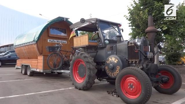 Seorang suporter Jerman berusia 70 tahun memberi dukungan pada negaranya dengan datang ke Rusia gunakan traktor.
