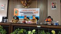Bupati Kuningan Acep Purnama saat mengumumkan penetapan karantina wilayah parsial mulai tanggal 1 April 2020 hingga waktu yang tidak ditentukan. Foto (Liputan6,com / Panji Prayitno)