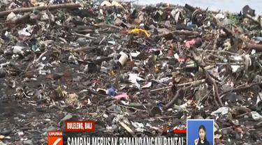 Sampah menumpuk setelah cuaca buruk melanda kawasan tersebut. Hujan lebat dan angin kencang membawa tumpukan sampah ke bibir pantai.