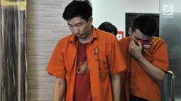 Dua tersangka dihadirkan saat pengungkapan narkotika jenis baru di Mapolda Metro Jaya, Jakarta, Senin (25/2). Subdit I Ditresnarkoba Polda Metro Jaya berhasil mengungkap peredaran narkotika jenis baru berbentuk 'Diamond'. (Merdeka.com/Iqbal S. Nugroho)
