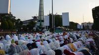 Ribuan jamaah bersiap salat Idul Fitri 1439 H di lapangan Pancasila, Simpanglima, Kota Semarang, Jumat (15/6). Masyarakat Indonesia hari ini merayakan Hari Raya Idul Fitri 1439 H sesuai ketetapan pemerintah yakni pada Jumat (15/6). (Liputan6.com/Gholib)