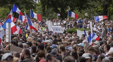 Ribuan pengunjuk rasa berkumpul di Place Trocadero dekat Menara Eiffel menghadiri demonstrasi di Paris, Prancis, Sabtu 24 Juli 2021.