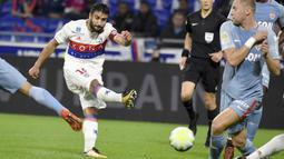 Gelandang Lyon, Nabil Fekir (kiri) bertengger pada peringkat ketiga klasemen semetara top scorer Ligue 1 Prancis dengan koleksi tujuh gol. (AFP/Jean-Philippe Ksiazek)