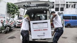 Aktivitas bongkar muat dus berisi vaksin COVID-19 produksi Sinovac saat pendistribusian ke puskesmas di Gedung Dinas Kesehatan DKI Jakarta, Rabu (13/1/2021). Pendistribusian vaksin COVID-19 dilakukan jelang penyuntikan yang akan diprioritaskan untuk tenaga kesehatan. (merdeka.com/Iqbal S. Nugroho)