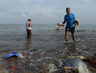 TNI AL Bersih-Bersih Sampah