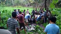 Lokasi penemuan jenazah mahasiswi semester V FE Universitas Bengkulu di tengah sawah belakang rumah kontrakannya. (LIputan6.com/Yuliardi Hardjo)