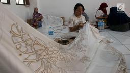 Warga menyelesaikan pembuatan kain batik di rumah susun (Rusun) Rawa Bebek, Jakarta, Sabtu (6/7/2019). Kain dengan motif Jakarta dan motif lainnya ini dibuat oleh ibu-ibu penghuni rusun Rawa Bebek, mereka menjualnya dengan harga Rp1,5 hingga Rp 2,5 juta per kain. (merdeka.com/Imam Buhori)