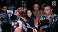 Bupati Kutai Kartanegara, Rita Widyasari usai diperiksa di Gedung KPK, Jakarta, Jumat (6/10). Rita ditahan terkait sangkaan tindak pidana korupsi suap dan penerimaan gratifikasi Kab Kutai Kartanegara. (Liputan6.com/Helmi Fithriansyah)