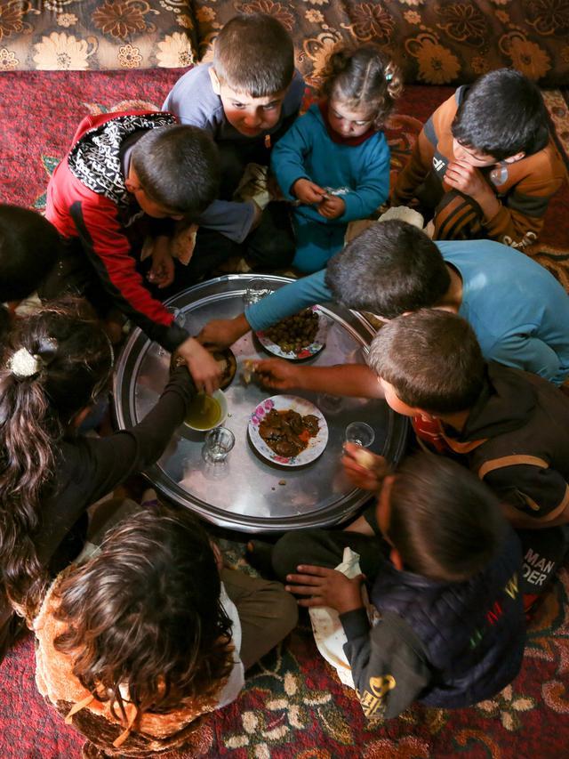 Potret haru Kakek 83 tahun bernama Abderrazaq Khatoun rawat 11 cucunya yang yatim piatu (foto: Ahmad al-ATRASH/AFP)