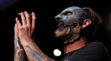 """Vokalis Slipknot, Corey Taylor bernyanyi dalam acara """"Ozzfest Meets Knotfest"""" di Hollywood Palladium, Los Angeles , AS , 12 Mei 2016. """"Ozzfest Meets Knotfest"""" merupakan festival musik yang nantinya akan digelar di California.  (REUTERS / Mario Anzuoni)"""