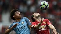 Bek Manchester United, Daley Blind (kanan), berebut bola dengan pemain Manchester City Leroy Sane pada laga di Old Trafford, Manchester, Sabtu (10/9/2016). (AFP/Oli Scarff)