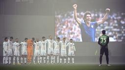 Para pemain melakukan hening cipta atas meninggalnya legenda sepakbola Italia, Paolo Rossi, sebelum laga lanjutan Liga Italia Serie A 2020/21 pekan ke-11 antara Sassuolo melawan Banevento di Mapei Stadium, Jumat (11/12/2020). (LaPresse via AP/Massimo Paolone)