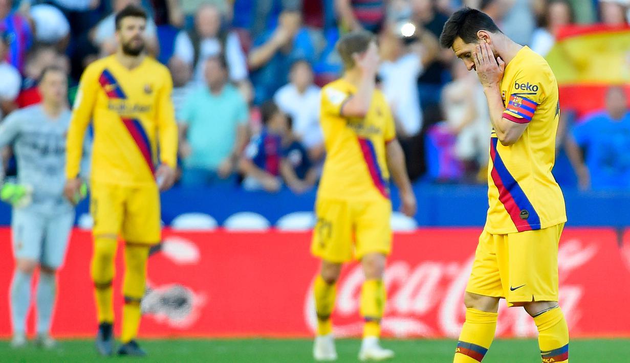 Gelandang Barcelona, Lionel Messi, tampak kecewa usai dikalahkan Levante pada laga La Liga Spanyol di Stadion Ciutat de Valencia, Valencia, Sabtu (2/11). Levante menang 3-1 atas Barcelona. (AFP/Jose Jordan)