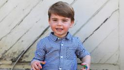 Pangeran Louis saat merayakan ulang tahunnya yang ke-2 di Inggris ( 22/4/2020). Pangeran Louis tampil lucu dengan mengenakan kemeja motif kotak-kotak berwarna biru dan putih di acara tersebut. (The Duchess of Cambridge / Kensington Palace via AP)