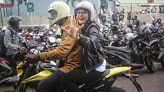 Poppy Sovia saat di foto dikawasan Tanden, Jakarta, Senin (13/8). Poppy Sovia tak berubah meski sudah menikah. Sama seperti dulu, penampilannya asyik dan bisa jadi inspirasi banyak orang.(Liputan6.com/ Faizal Fanani)