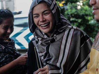 Aktris Nikita Mirzani saat mendatangi Polres Metro Jakarta Selatan, Rabu (24/10). Kedatangan Niki menjalani pemeriksaan terkait laporannya terhadap pengusaha Sam Aliano. (Liputan6.com/Faizal Fanani)