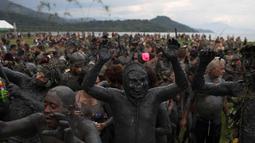 "Ratusan orang menari samba saat mengikuti pesta karnaval ""Bloco da Lama"" atau ""Lumpur Lumpur"" di Paraty, Brasil, (10/2). Ratusan orang berendam dan saling menyerang menggunakan lumpur di pesta pantai Karnaval tersebut. (AP Photo / Leo Correa)"