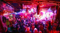 Para pengunjung saat menikmati penampilan aksi band rock di Bassy Club, Berlin, Jerman, (30/8). Kelab malam ini menampilkan perpaduan Blues, Soul, Negara, Rock'n'Roll dan banyak lagi. (REUTERS/Hannibal Hanschke)