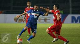 Gelandang Calcio Legend, Simone Perotta (tengah) berusaha mengecoh bek Primavera Baretti Yeyen Tumena saat laga persahabatan di Stadion GBK Jakarta, Sabtu (21/5/2016). Calcio Legend menang telak 4-0. (Liputan6.com/Helmi Fithriansyah)