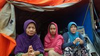 Idawati (43) bersama warga desa Tapuwatu, Kecamatan Asera, Konawe Utara di tenda pengungsian.(Liputan6.com/Ahmad Akbar Fua)