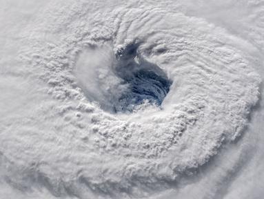 Foto yang dirilis NASA memperlihatkan Badai Florence terlihat dari Stasiun Luar Angkasa Internasional, Rabu (12/9). Badai Florence, yang dikenal sebagai badai terkuat, melintasi Atlantik bergerak ke pesisir timur Amerika Serikat. (HO / NASA / AFP)