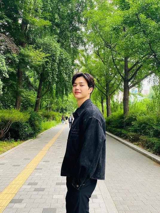 Song Kang selalu bekerja keras untuk mendalami karakternya. Ia bahkan selalu memosisikan diri sebagai penonton untuk memantau aktingnya. (Foto: Instagram/songkang_b)