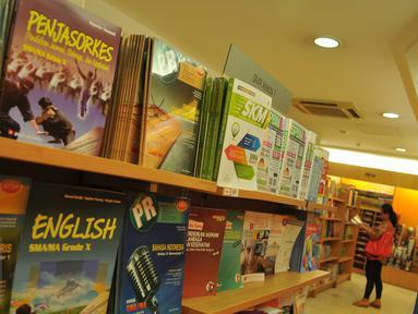 Pembeli memilih buku pelajaran di sebuah toko buku di Jakarta, (12/7). Menjelang dimulainya tahun ajaran baru 2016/2017 penjualan buku materi pelajaran dan buku tulis di toko buku mengalami peningkatan sekitar 50 persen. (Liputan6.com/Gempur M Surya)