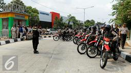 Petugas kepolisian tampak berjaga untuk mengantisipasi isu sweeping buruh di kawasan industri Pulogadung, Jakarta, Selasa (24/11/2015). Buruh menuntut dicabutnya Peraturan Pemerintah No 78 Tahun 2015 tentang Pengupahan. (Liputan6.com/Yoppy Renato)