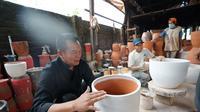 Calon Gubernur Jawa Barat Tubagus Hasanuddin berkunjung ke tempat pengrajin keramik gerabah di Desa Anjun, Purwakarta. (Liputan6.com/Huyogo Simbolon)