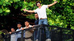 Shah Rukh Khan memberikan isyarat kepada para penggemar pada perayaan ulang tahunnya ke-54 dari balkon rumah King of Bollywood itu di Mumbai, Sabtu (2/11/2019). Seperti biasa, Shahrukh melakukan 'ritual' tahunan dengan menyapa para fans yang sudah berkumpul. (Sujit Jaiswal/AFP)