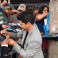 Ratusan penggemar Iko Uwais meminta tanda tangan jelang pemutaran perdana film Mile 22, film terbaru Iko (Instagram/@iko.uwais)