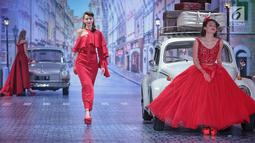 Model mengenakan busana rancangan desainer Fetty Rusli saat tampil dalam fashion show bertema 'Crossing' di Jakarta, Rabu (29/8). Sebanyak 53 busana ditampilkan dalam fashion show tersebut. (Liputan6.com/Faizal Fanani)