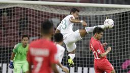 Bek Timnas Indonesia, Hansamu Yama, membuang bola saat melawan Singapura pada laga Piala AFF di Stadion Nasional, Singapura, Jumat (9/11). Singapura menang 1-0 atas Indonesia. (Bola.com/M. Iqbal Ichsan)