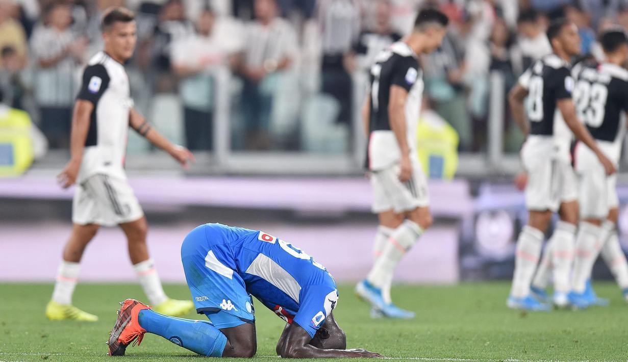 Bek Napoli, Kalidou Koulibaly, tampak kecewa usai dikalahkan Juventus pada laga Serie A di Stadion Allianz, Turin, Sabtu (31/8). Juventus menang 4-3 atas Napoli. (AFP/Alessandro di Marco)